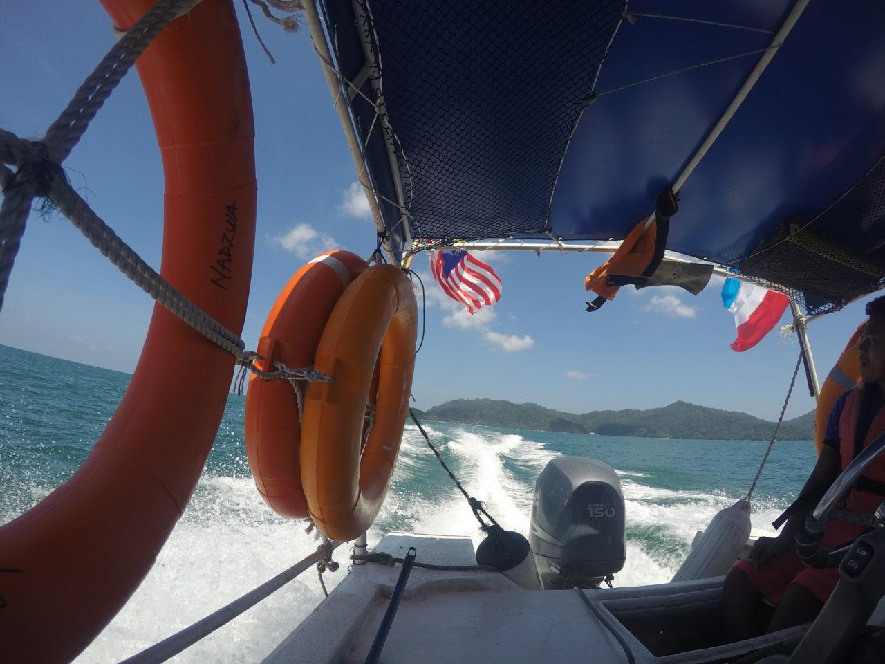 離島へ向かうボート