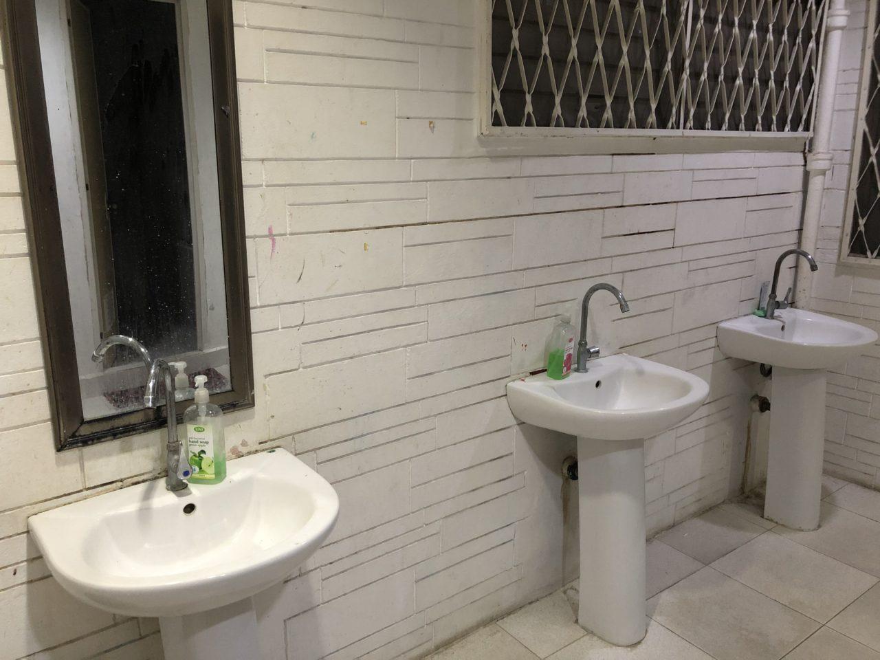 シャワールーム・洗面台