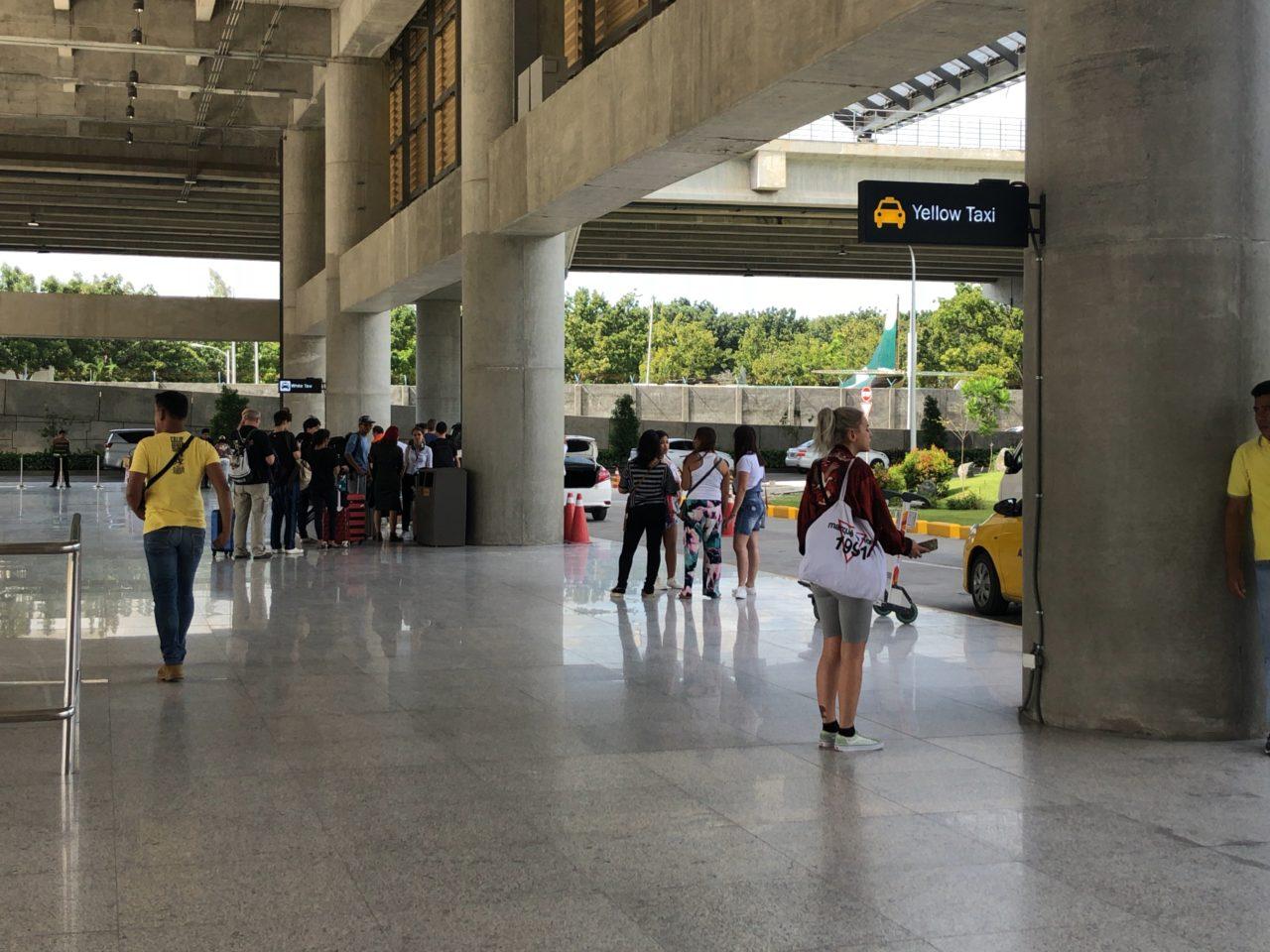 マクタン空港のタクシー乗り場