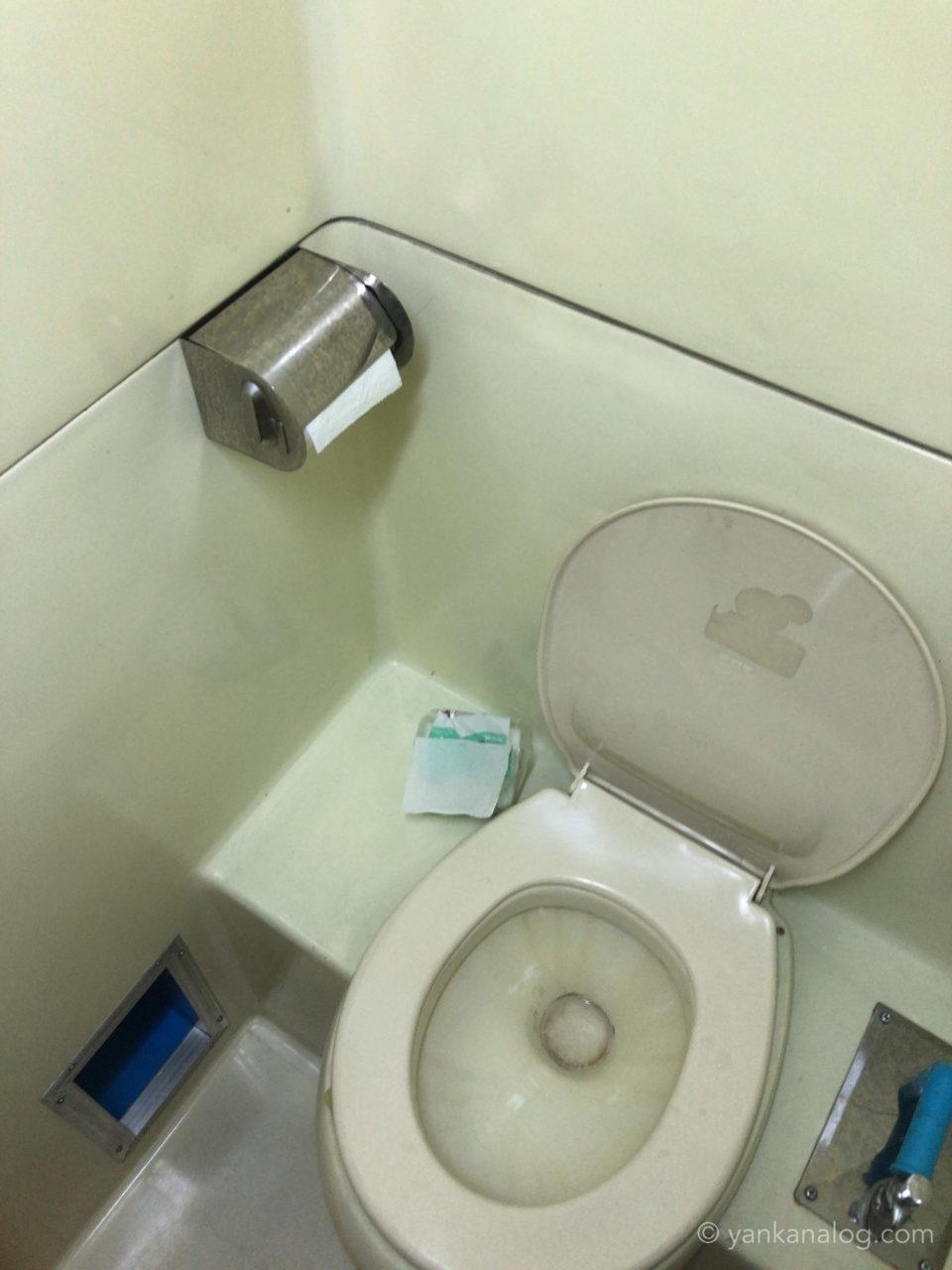 チェンマイ行きソンバットツアーのバス内のトイレ