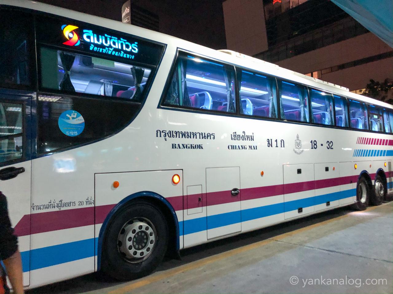 チェンマイ行きソンバットツアーのバス2