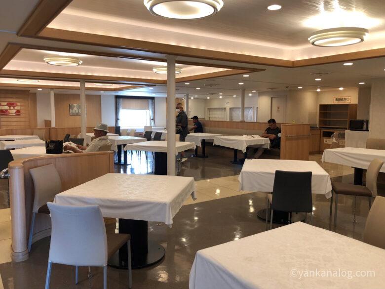 沖縄与論間のフェリー船内レストラン