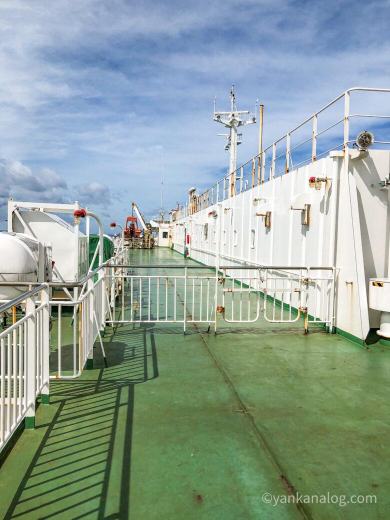 沖縄与論間のフェリー甲板