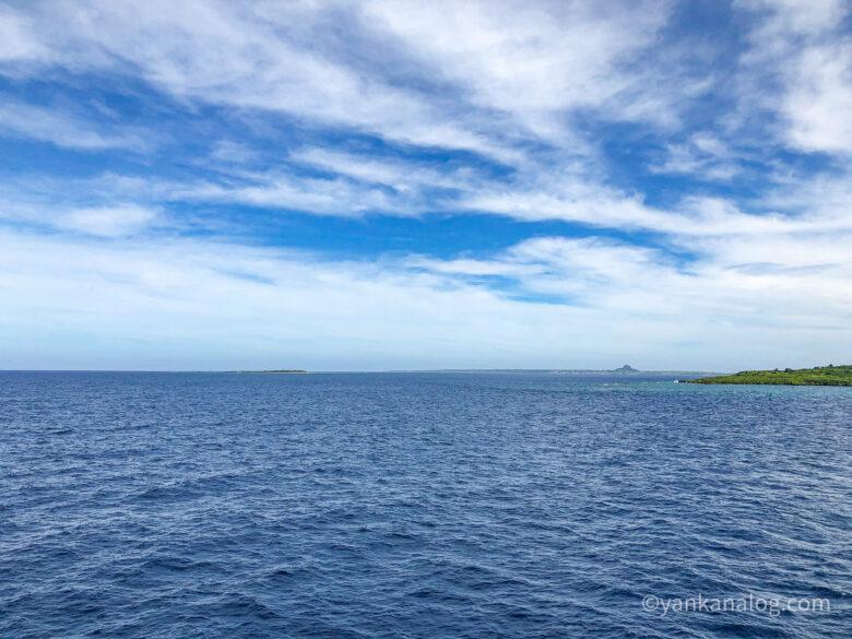 沖縄与論間のフェリー甲板からの景色